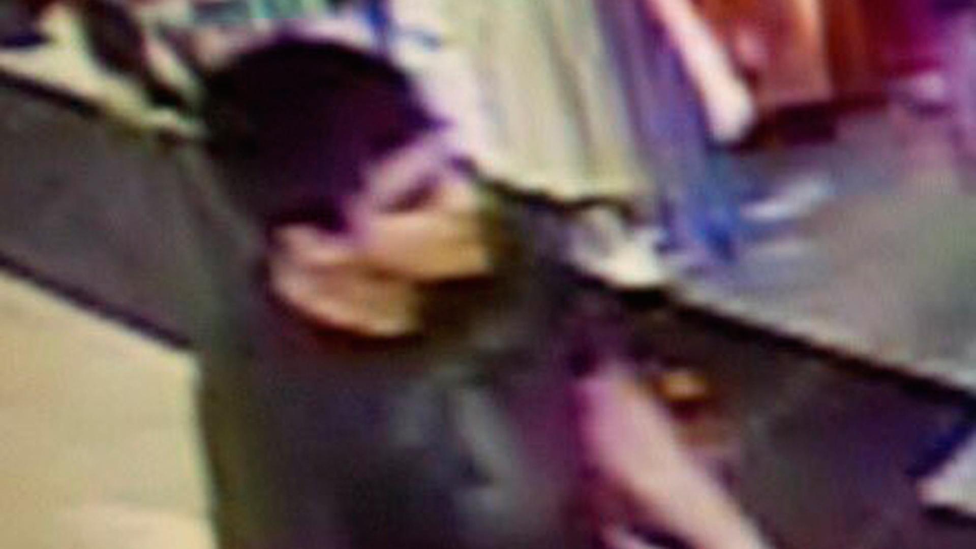 AP / El atacante – presuntamente un hombre hispano – entró caminando a un local comercial de Macy's y abrió fuego