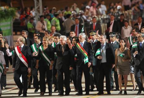 El desfile cívico militar en homenaje al 206º aniversario de Santa Cruz se realiza en el cambódromo