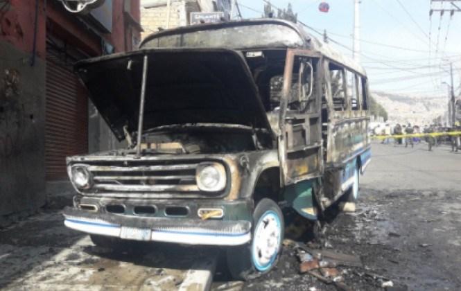 Micro se incendia en vía pública y afecta a dos viviendas