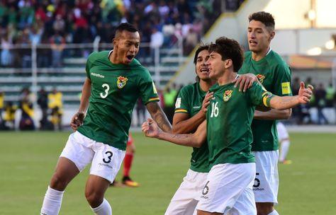 Ronald Raldes (der.) encabeza el festejo boliviano en el partido contra Perú.