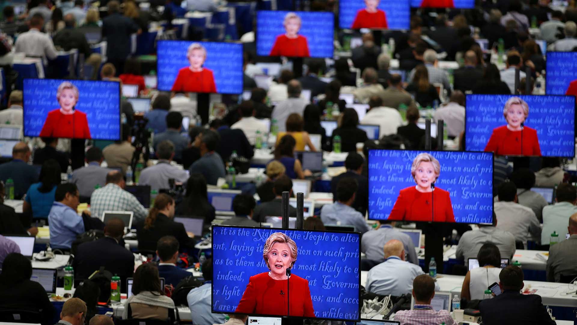"""(Reuters) También criticó a Trump por invitar Rusia y encontrar allí sus mails. Trump contestó con un """"equivocado"""", cuando Clinton mencionó los elogios del magnate hacia Putin."""