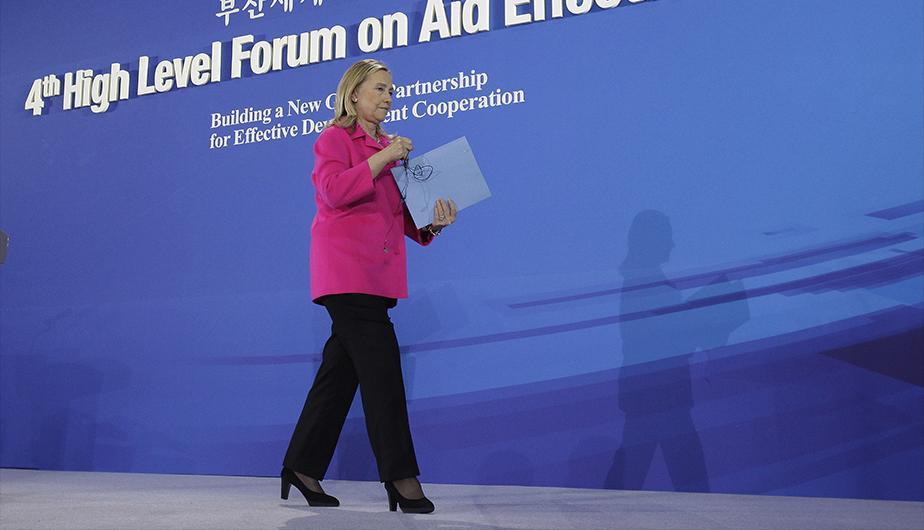 Como era de esperarse Hillary Clinton usó uno de sus trajes de color rojo de pantalones de diseñador exclusivo durante su primer debate. (Foto: Getty)