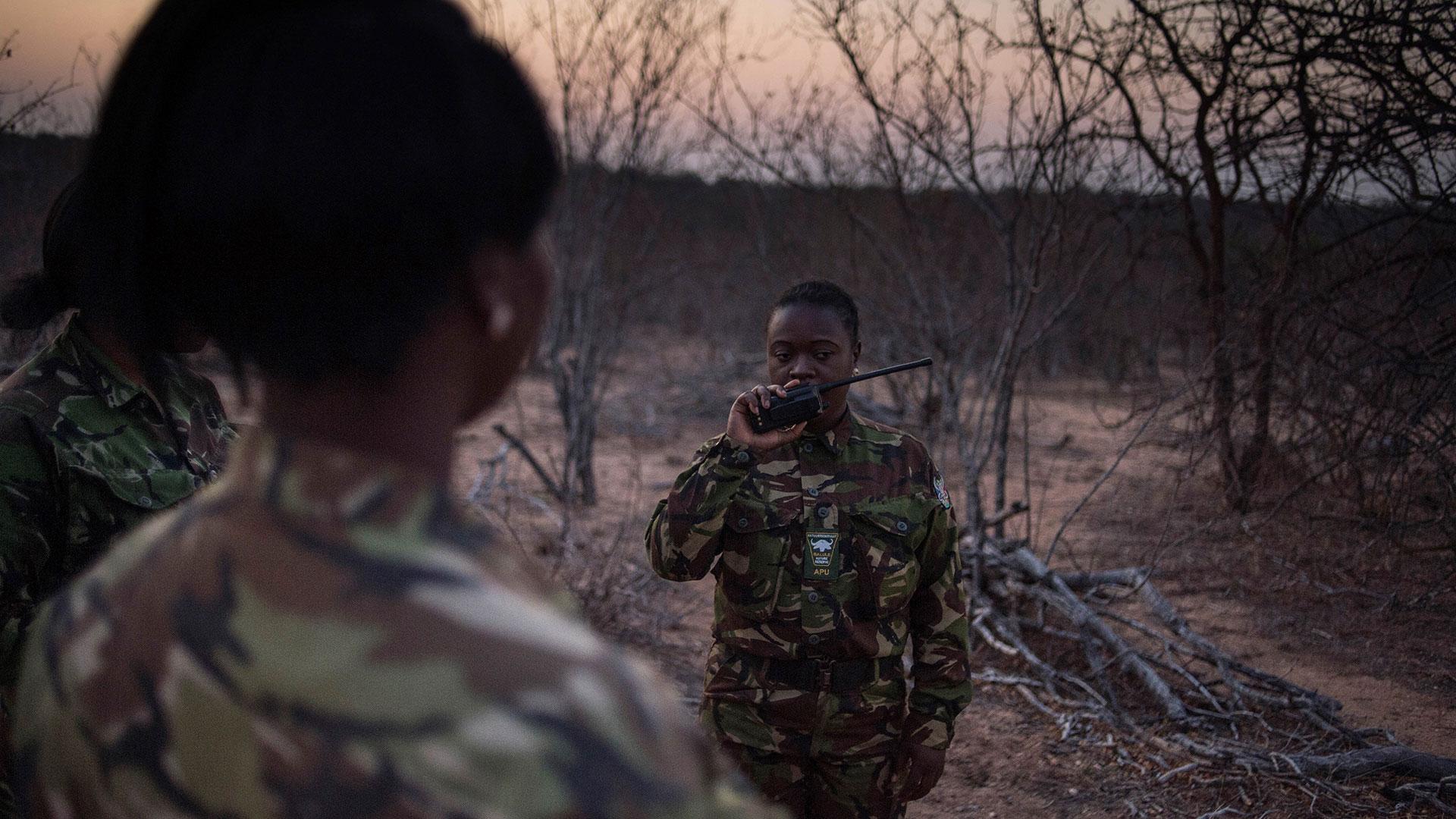 Las mujeres llevan uniforme pero no tienen armas (AFP)