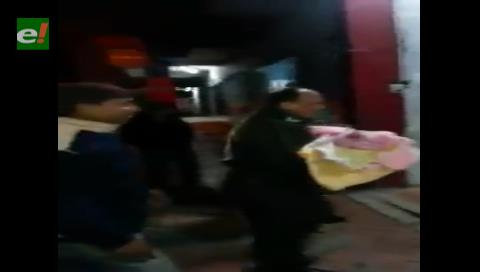 Bebé secuestrado es entregado en brazos por el Comandante de la Policía
