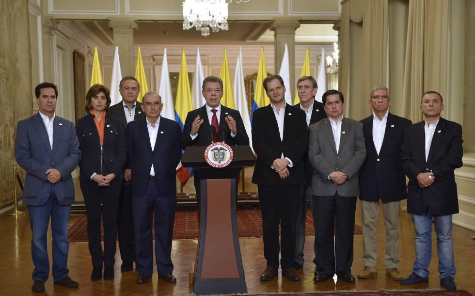 El presidente Juan Manuel Santos, rodeado del equipo negociador, durante su discurso tras conocerse los resultados que dieron como vencedor el 'no' en el plebiscito por la paz.
