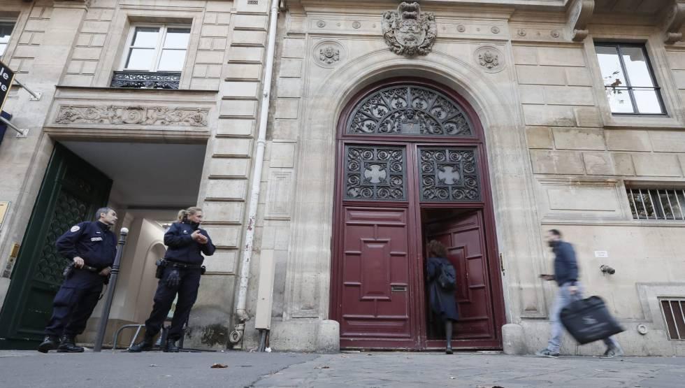Agentes de policía vigilan junto al edificio donde fue atracada Kim Kardashian.