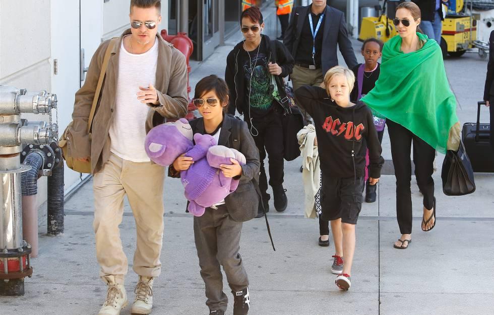 La familia Jolie-Pitt, en el aeropuerto de Los Ángeles en 2014.