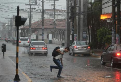 El agua en las calles del centro complica el paso de los transeúntes