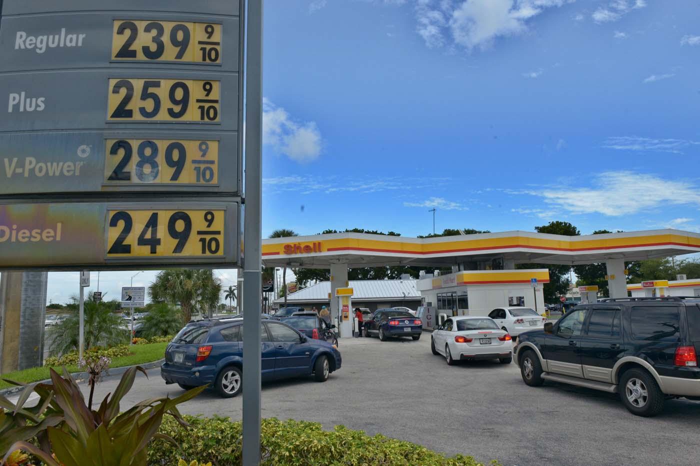 SHM50 - MIAMI (FL, EEUU), 05/10/2016.- Varios autos esperan en fila para abastecerse de gasolina ante la llegada del huracán Matthew hoy, miércoles 5 de octubre 2016, en Miami, Florida (Estados Unidos). Los residentes de Florida enfrentan hoy una maratoniana jornada en busca de comida, agua, gasolina, medicinas y barreras de contención para encarar el impacto de Matthew, que se prevé que afectará a partir de mañana al sureste de Estados Unidos como un huracán de categoría mayor. EFE/Giorgio Viera