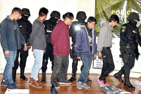 Operativo. Jóvenes pertenecientes a pandillas fueron capturados por la Policía boliviana, en marzo.