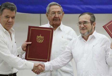 Juan Manuel Santos junto a Timochenko, en el acuerdo de paz