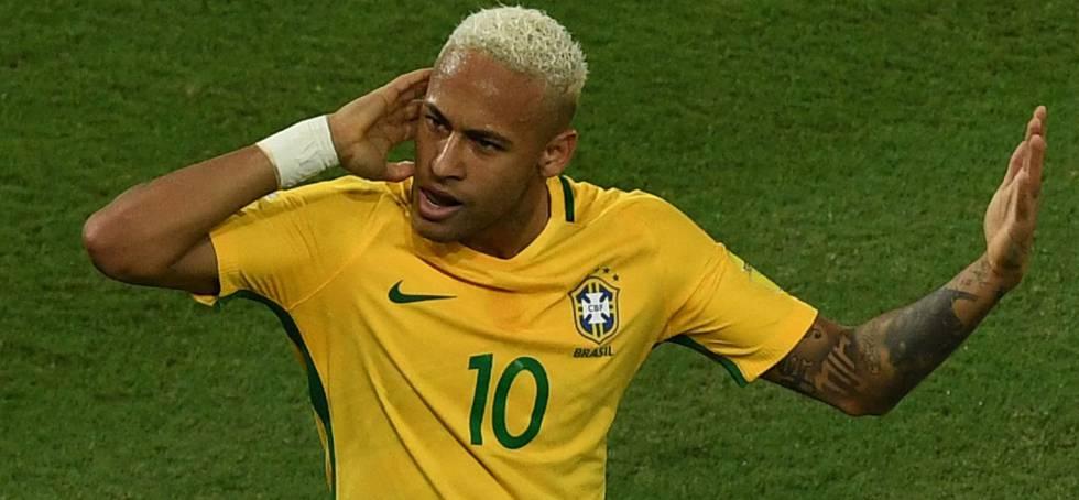 Neymar, equipado con la camiseta de la selección brasileña, durante un partido.