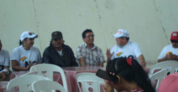 En la fotografía se ve al líder indígena junto a la senadora Carmen Eva Gonzáles en un acto político.