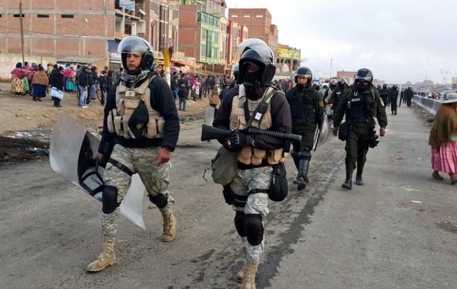 El Alto: Policía ejecuta operativo de desbloqueo y una marcha se dirige a la Alcaldía
