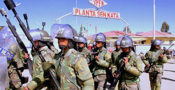 Efectivos militarizan Senkata para posibilitar el traslado de combustible a La Paz