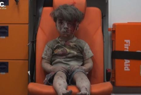 Omran fue rescatado de una vivienda bombardeada en Alepo
