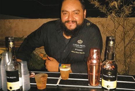SABOR 100% NACIONAL. Juan Pablo Cáceres (JP), mixólogo de Casa Real y encargado de servir el trago
