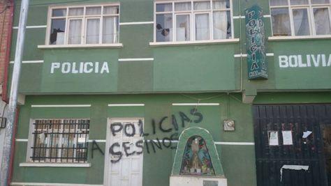 """""""Policías asesinos"""", escribieron vecinos enfurecidos en las dependencias policiales en Caracollo donde falleció la joven Victoria Huallpa. (Foto: Caracollo Ciudad)"""