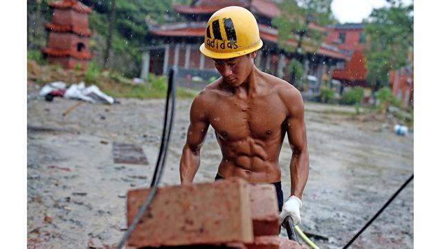 Shi Zhenwei, tira de una carretilla en el sitio de construcción de un templo budista, en el pueblo de Huangshan, cerca de Quanzhou, provincia de Fujian, China