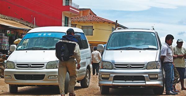 Frente al mercado del municipio de Mairana los autos chutos están en venta