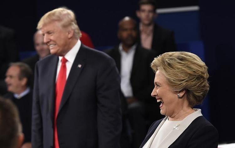 La reacción de los candidatos ante una pregunta del auditorio sobre lo que admiran el uno del otro. Ocurrió durante el segundo debate realizado en la Universidad de Washington, en San Luis, Misuri. 9 de octubre de 2016.