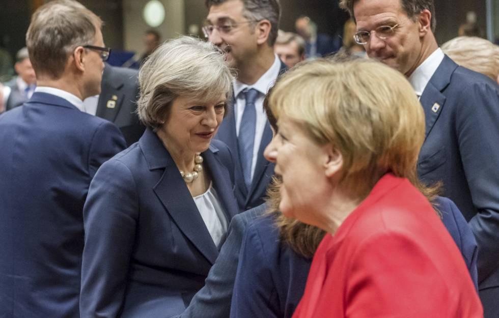 Theresa Mey y Angela Merkel este jueves en la cumbre de Bruselas.
