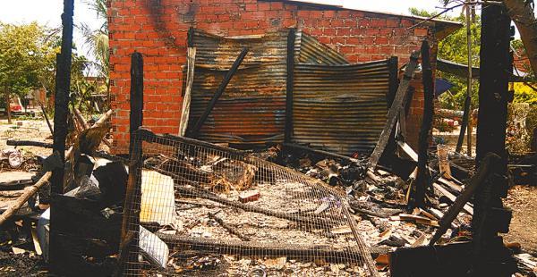 El cuarto de madera quedó en ruinas. Los vecinos no pudieron auxiliar a la niña la noche del incendio