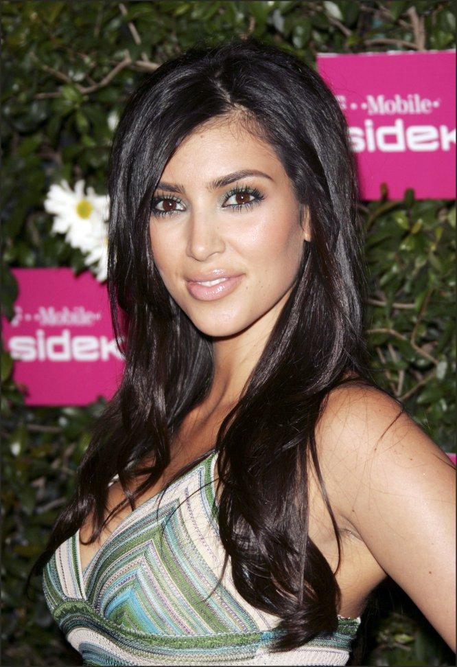 En 2006, Kim Kardashian todavía era una desconocida joven de 26 años que comenzaba a aparecer en algunas presentaciones y eventos. Asistió a Marymount High School con sus tres hermanas. Y durante el instituto, Kardashian trabajó en la firma de música de su padre, Movie Tunes.