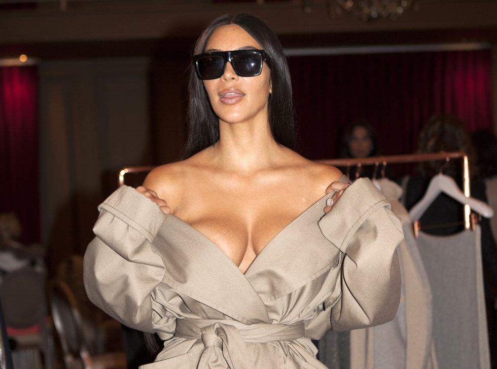 Esta imagen pertenece a la última serie de fotografías en las que aparece Kim Kardashian este año, justo antes del robo que sufrió en París a comienzos de octubre. Un incidente que no solo la ha obligado a replantearse la seguridad que la acompaña, sino también la exposición de su vida y los lujos en sus redes sociales.