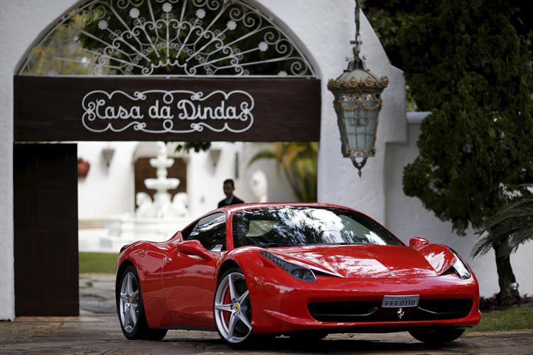 La Policía brasileña confisca varios autos lujosos de la residencia del senador y expresidente brasileño, Fernando Collor de Mello, envuelto en el escándalo de corrupción de Petrobras. 14 de julio de 2015.