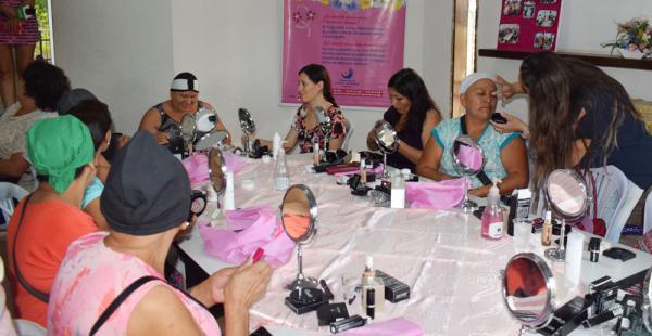 Varias voluntarias enseñaron a maquillarse a las pacientes en tratamiento