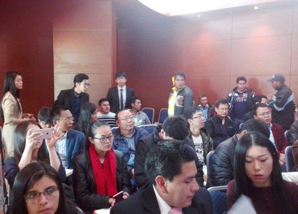 GRUPO DE EMPRESARIOS CHINOS AYER EN EL MINISTERIO DE TRABAJO.