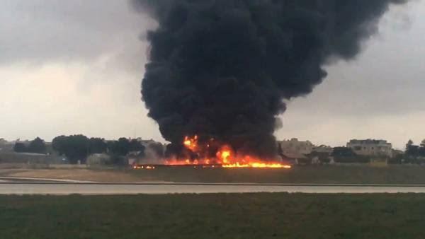 Una avioneta se estrella y estalla en el aeropuerto de Malta./AP