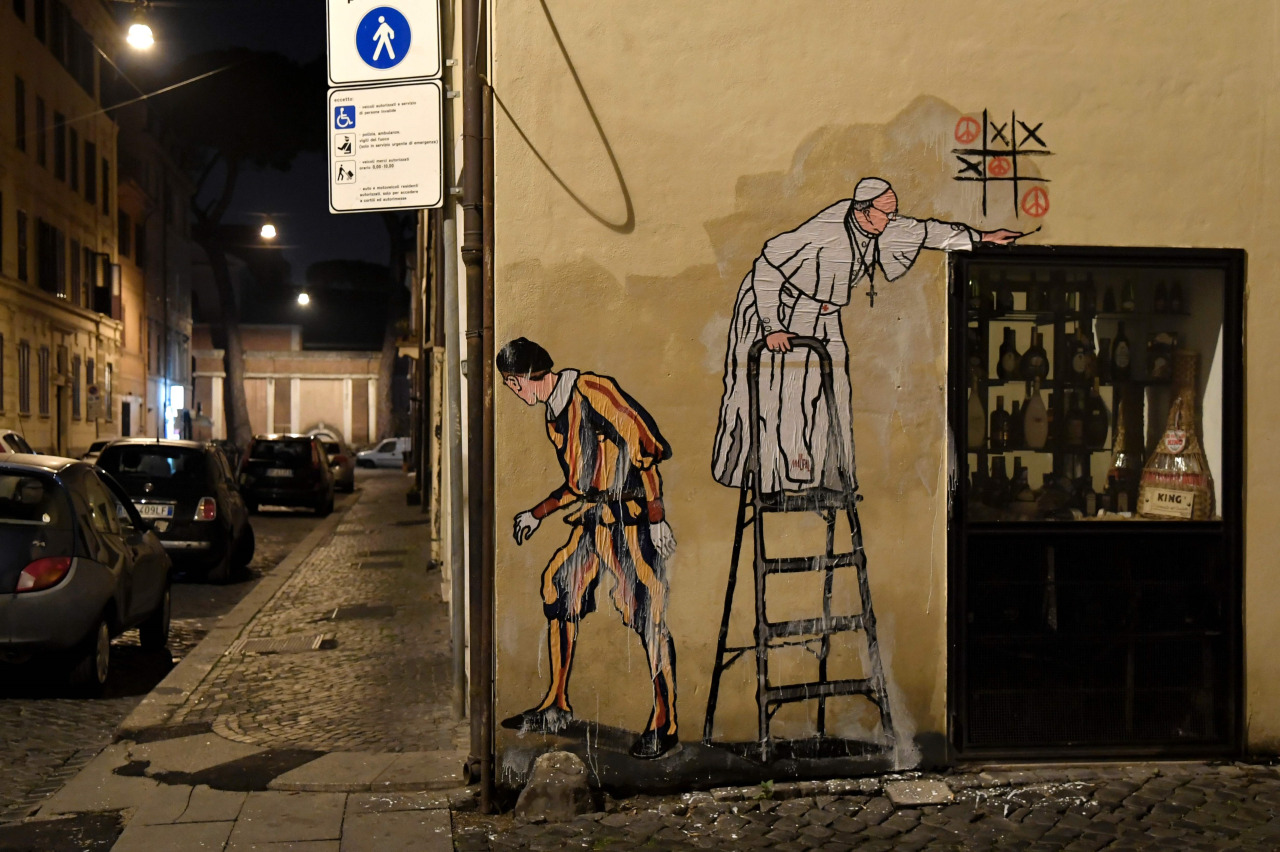 """EL NUEVO GRAFFITI DE FRANCISCO. Maupal, el artista callejero que se hizo famoso cuando realizó el graffiti del """"Superpapa"""", realizó ahora un dibujo de Francisco jugando al Ta-Te-Ti, donde el pontífice gana con el símbolo de la paz. (AFP)MIRÁ LA..."""