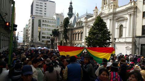 Una muchedumbre de gremiales cerca el Palacio Consistorial, situado sobre la calle Mercado, en su octavo día de movilización.