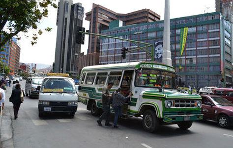 Personas abordan el servicio de transporte público en la avenida Mariscal Santa Cruz. Foto: Archivo