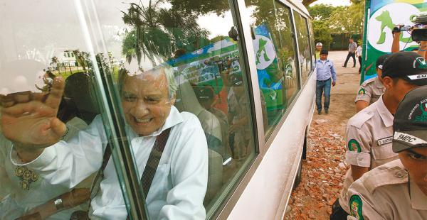 El alcalde Percy Fernández junto con sus colaboradores se retiró del lugar luego del incidente