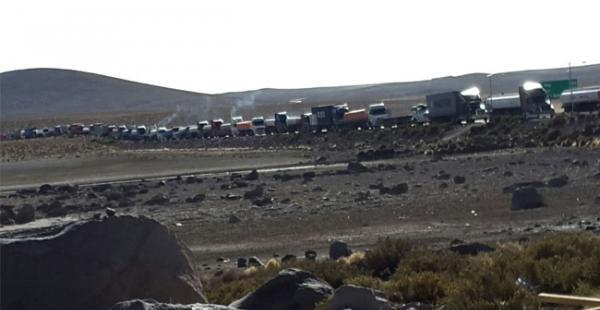 Al menos un centenar de camiones están varados en la carretera en la zona de Chungará