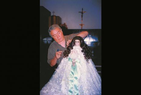 Peina a la virgencita de Cotoca hace 30 años. Ya tiene lista su nueva peluca para la celebración del 8 de diciembre.