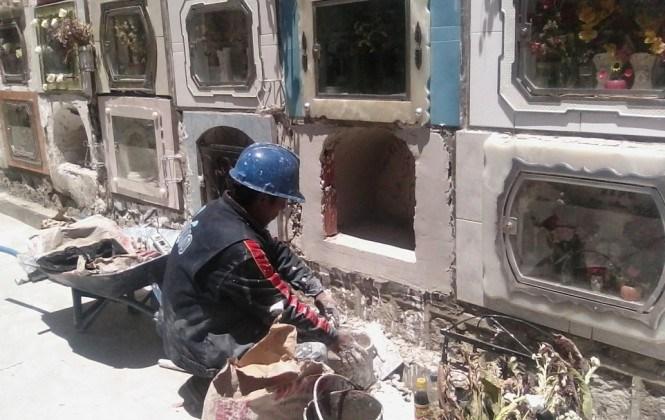Obreros de cascos azules, rojos y blancos reparan los nichos a precios desde 20 a 220 bolivianos