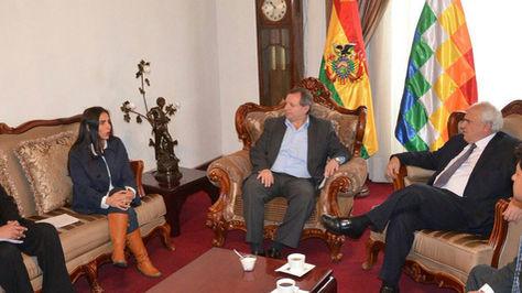 Encuentro entre Samper (seg de la derecha) con los presidentes de Diputados y Senadores, Gabriela Montaño y José Alberto Gonzales (c).