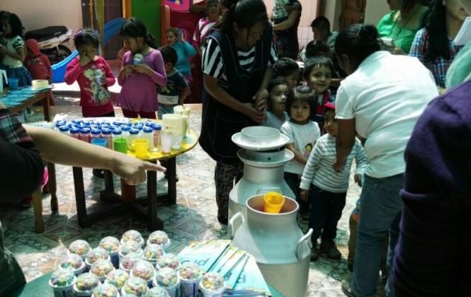 Productores regalan lácteos a niños en situación de calle en Cochabamba