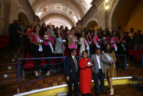 Las representantes recibiendo sus distinciones de parte del alcalde de Potosí