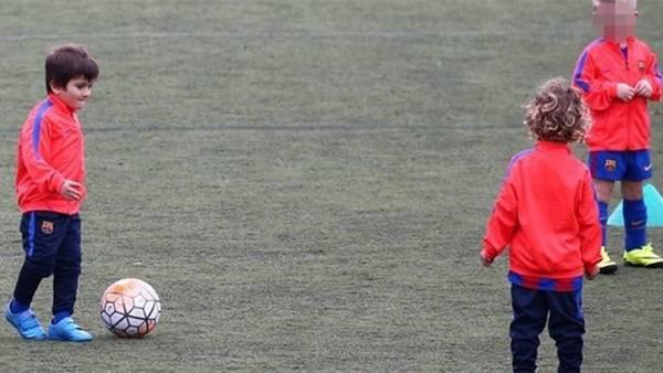 Thiago Messi lleva la pelota en la práctica del Barcelona.