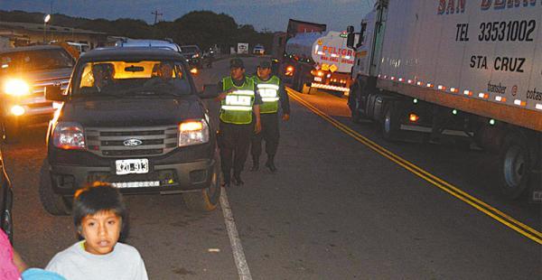 La Policía controla el paso de vehículos, autorizada por los pobladores