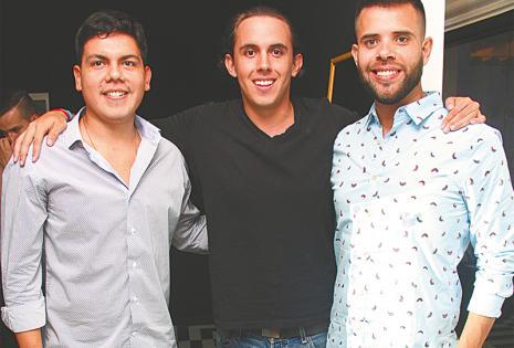 POSANDO PARA EL LENTE DE CHIC El presentador del reality show Esto es guerra Reyes Antelo con Jonathan Correa