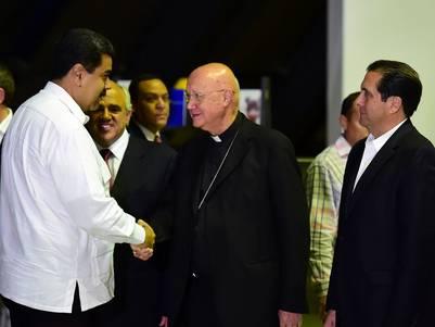 Nicolás Maduro saluda a monseñor Claudio Celli tras la reunión (foto de Ronaldo Schemidt, AFP)
