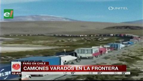 Más de dos mil camiones están varados en la frontera con Chile por huelga