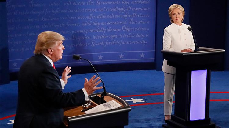 El candidato republicano a la presidencia de EE.UU., Donald Trump, habla ante la mirada de Hillary Clinton durante el tercer y último debate presidencial en Las Vegas, Nevada (EE.UU.), 19 de octubre de 2016.