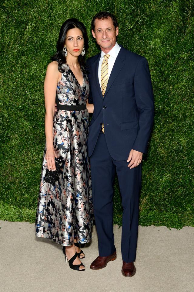 Anthony Weiner y Huma Abedin fotografiados en Nueva York en 2015 antes de su divorcio.